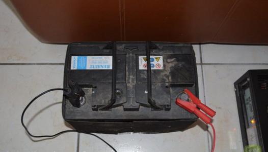 charger une batterie de voiture avec un chargeur