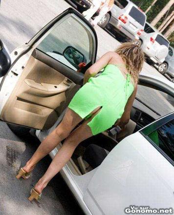 femme sans culotte en voiture